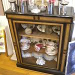 Petite vitrine en poirier noirci avec collection d'assiettes Sarreguemines